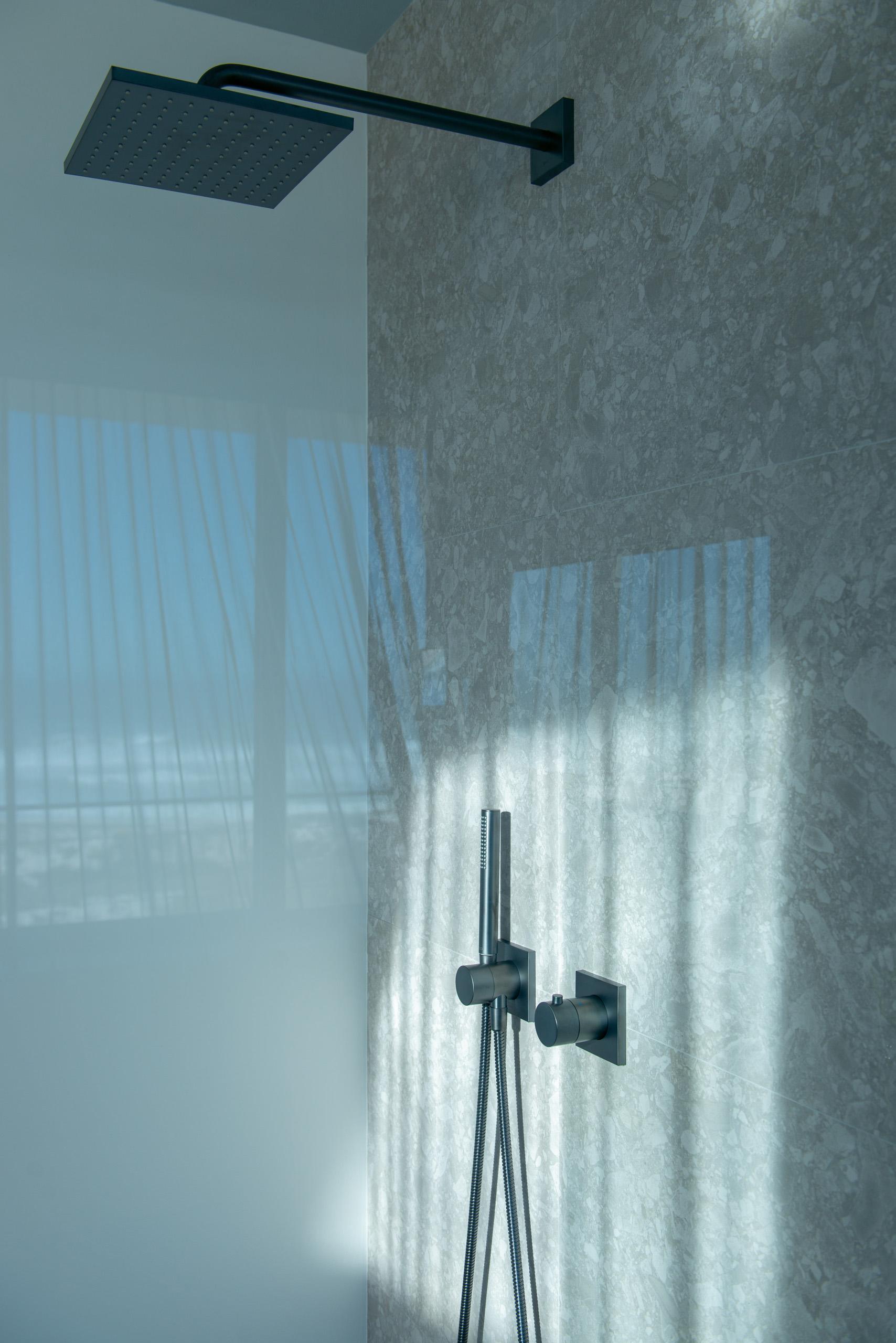 Geradliniges zurückhaltendes Design multipliziert mit enormem Variantenreichtum – von grifflosen Badmöbeln bis zu innovativen Spiegelschränken, von hochwertigen Armaturen bis zu perfekt verarbeiteten Accessoires: Das ist die EDITION 11